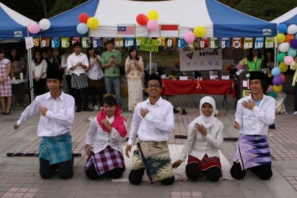 Indonesian Dance during fundraising